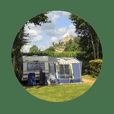 Emplacement ombragée avec caravane mobil home et vue sur le chateau de Beynac